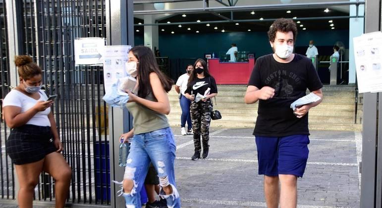 Estudantes deixam o local da primeira prova do Enem neste domingo (17)