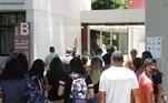 Mesmo com todas as orientações, houve aglomeração de estudantes para a entrada no local de prova em Recife, Pernambuco