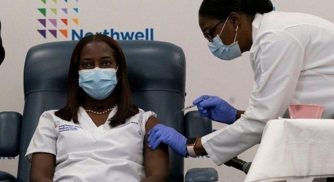 Sandra Lindsay foi a 1ª pessoa nos Estados Unidos a receber a vacina contra a covid-19