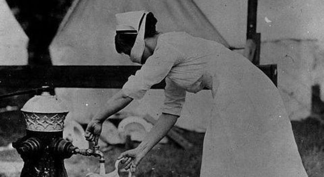 Governos demoraram para tomar providências equipando hospitais e treinando médicos e enfermeiras durante a gripe espanhola