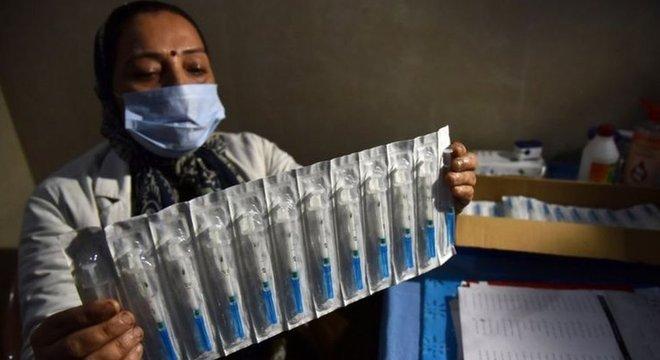 Especialistas contestam o argumento de que vacinas na rede particular ajudaria a desafogar o SUS