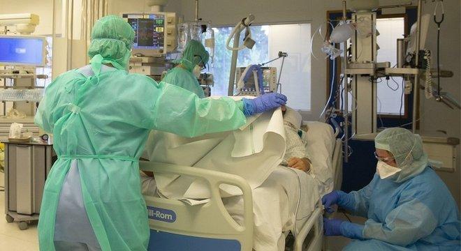 No Brasil, mais de 10 mil profissionais de enfermagem foram afastados com covid-19