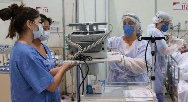 Enfermeiras e médicas atendem paciente com covid-19