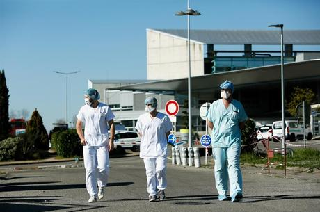 Enfermeiros caminham por hospital militar de campanha, na França