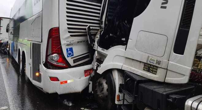 Duas vítimas que estavam no ônibus ficaram feridas