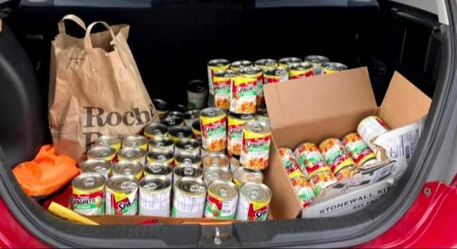 Doações estão sendo feitas para ajudar família com a comida enlatada