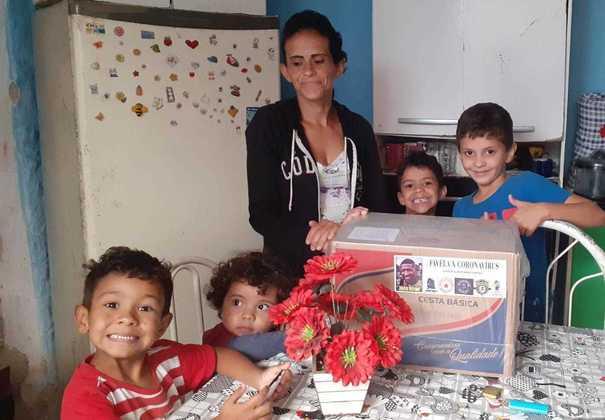 Enquanto segue treinando em sua casa, na Espanha, por conta da pandemia do coronavírus, Emerson Royal entrou na corrente de solidariedade para tentar diminuir os impactos provocados pela COVID-19 em todo o mundo. O lateral-direito do Betis doou 150 cestas básicas para famílias de algumas favelas no bairro de Ermelino Matarazzo, onde nasceu e passou parte de sua vida, na zona leste de São Paulo.
