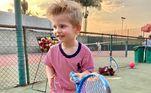 Em setembro do ano passado, o filho de Karina passou uma tarde com o amigo Benjamim jogando tênis. O garoto posou com uma raquete