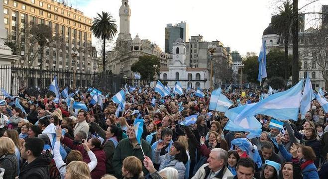 Argentinos saíram às ruas de Buenos Aires e outras cidades em apoio a Macri