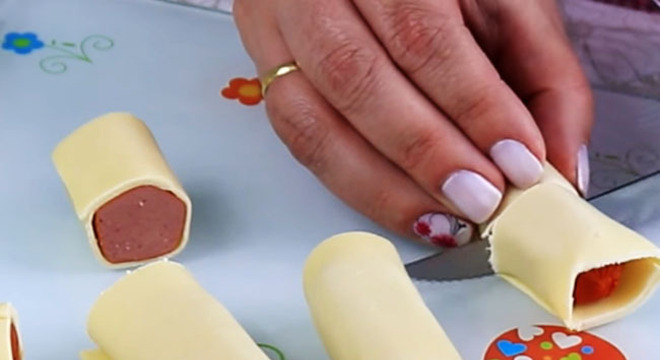Enroladinho de Salsicha com Massa de Pastel