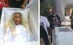 Para celebrar a vida, uma mulher alugou um caixão, deitou nele por horas e ensaiou o próprio funeral. Amigos dela até fizeram um cortejo fúnebre e choraram a perda