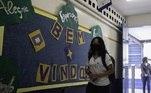 Alunos e professores também retornaram na escola estadual Professor Milton da Silva Rodrigues, zona norte de São Paulo. Mensagens otimistas, como alegria e esperança, estamparam a chegada dos primeiros alunos