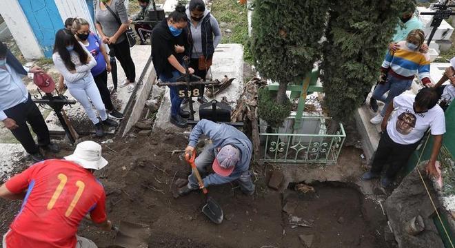 Enterro de Juan Pueblita é feita pelos próprios parentes em Tláhuac