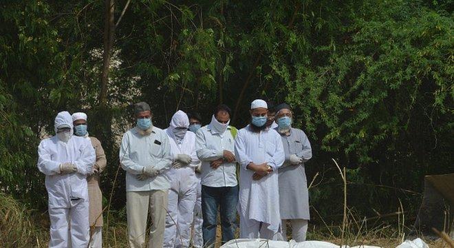 Enterro de vítima de coronavírus na Índia