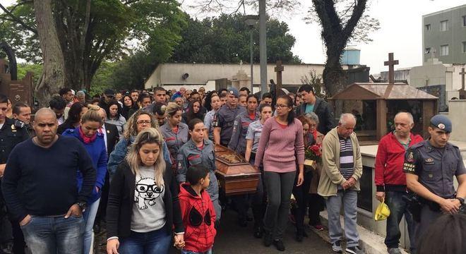 Amigos e familiares de Juliane duranta o enterro da policial