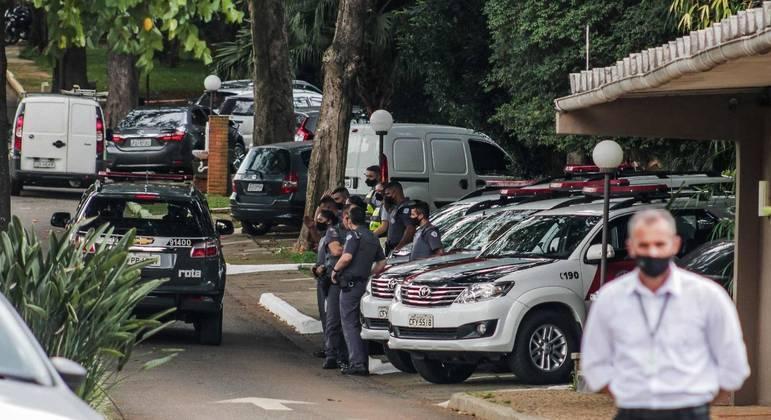 Policiais no cemitério onde o senador Major Olímpio foi cremado