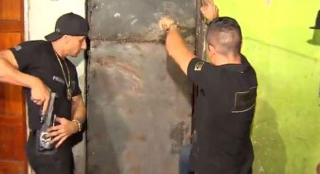 Agentes utilizaram um maçarico para conseguir entrar no local