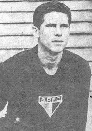 Entre 23 de janeiro de 1963 e 24 de janeiro de 1965, disputou 107 duelos seguidos possíveis, recorde no São Paulo até ser quebrado por Rogério Ceni.