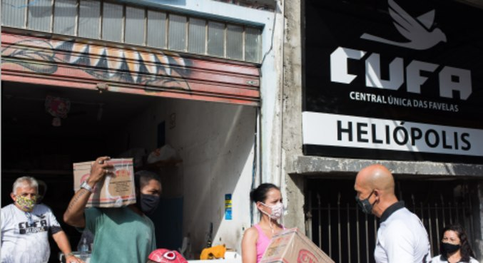 Entrega de cesta básica para ajudar moradores de comunidades em São Paulo