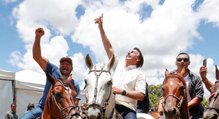 Bolsonaro anda a cavalo após entrega das Obras de adequação do Lote 4 da BR-135, em Coribe/BA