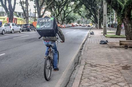 Ciclista entrega comida pedida pelo aplicativo