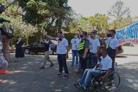 Entregadores de aplicativos protestam na porta da casa de Maia