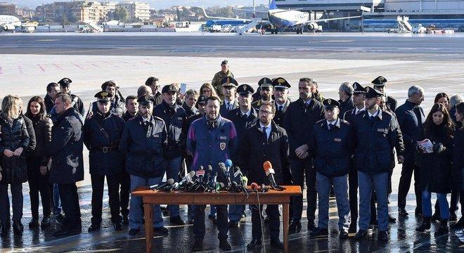 Salvini e o ministro da Justiça, Alfonso Bonafede, deram entrevista coletiva na chegada de Battisti à Itália