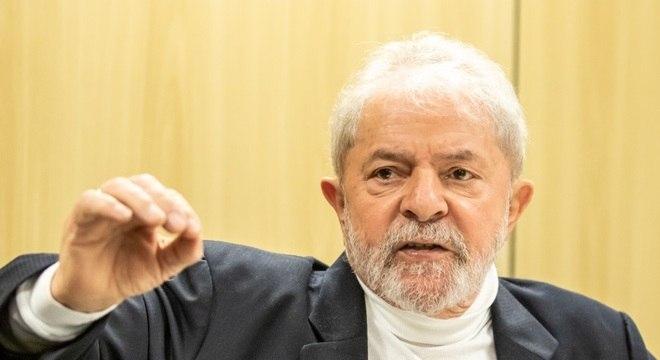 Defesa do ex-presidente Lula pediu que multa de R$ 4,9 milhões seja suspensa