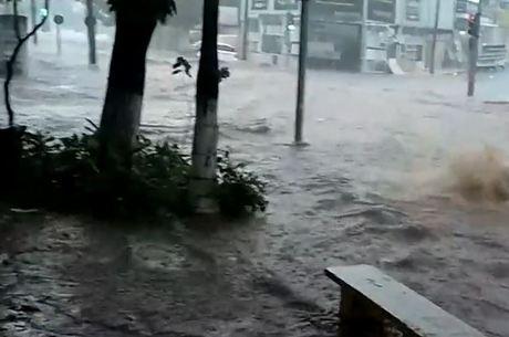 Enxurrada toma conta de rua em São Carlos.no interior de São Paulo
