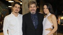 Protagonista, Edson Celulari posa com seus filhos em pré-estreia de filme em São Paulo ()