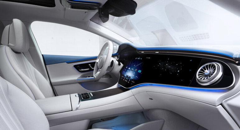 Com sistema de inteligência artificial o EQE responde a comandos de voz e tem assistência completa ao motorista
