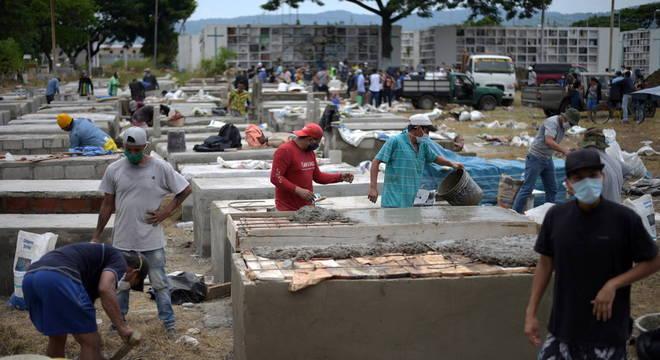 Trabalhadores constroem novos túmulos no Equador
