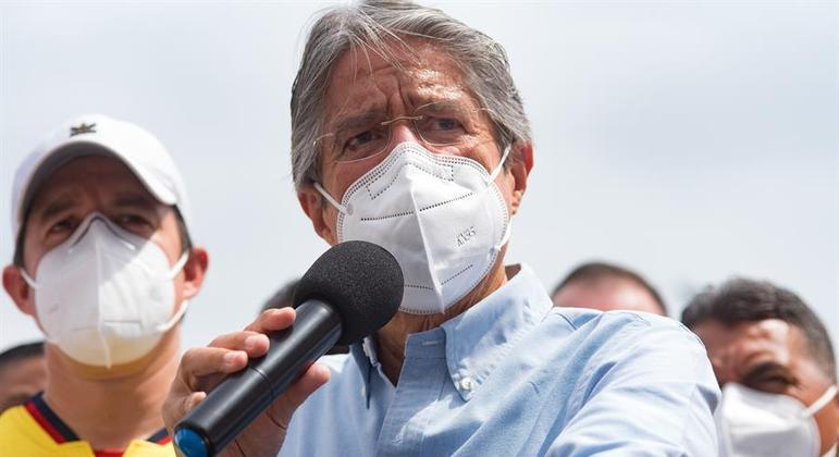 Guillermo Lasso discursa após a votação na tarde deste domingo (11), em Guayaquil