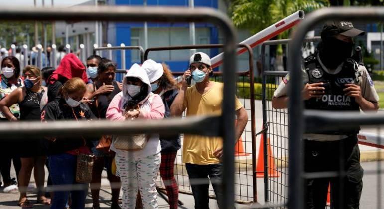 Familiares de detentos esperam para identificar os mortos após um motim na Penitenciaria del Litoral, em Guayaquil
