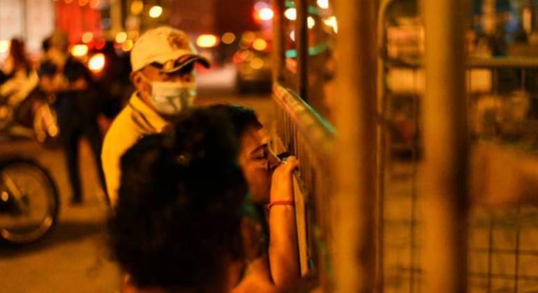 Pessoas esperam do lado de fora da Penitenciaria del Litoral, em Guayaquil, no Equador