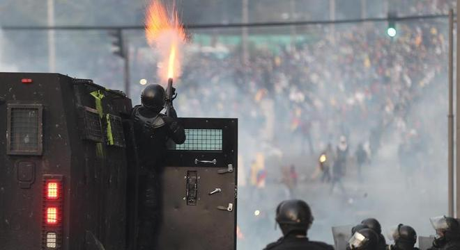 Policial dispara bomba contra manifestantes no centro de Quito