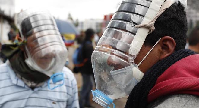 Manifestantes improvisam máscaras contra gases para protestar em Quito