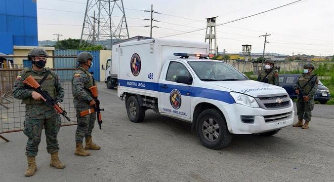 Veículo retira corpos de presos mortos em penitenciária de Guayaquil