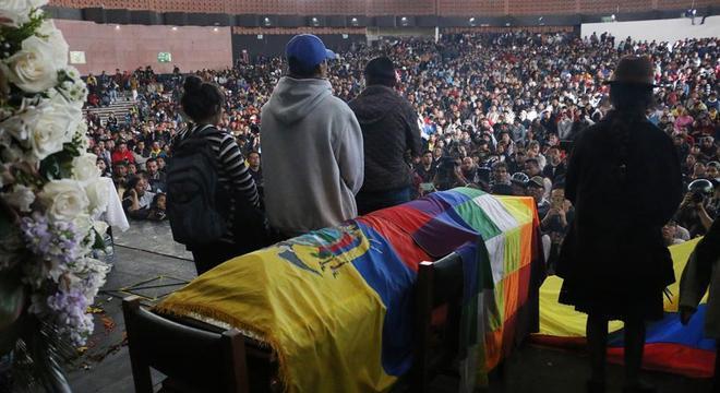 Multidão participou do velório de um líder indígena morto em protesto