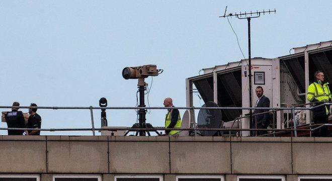 Equipamento anti-drone usado pelas autoridades britânicas no aeroporto de Gatwick