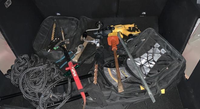 Foram apreendidos cinco carros e equipamentos para arrombamento