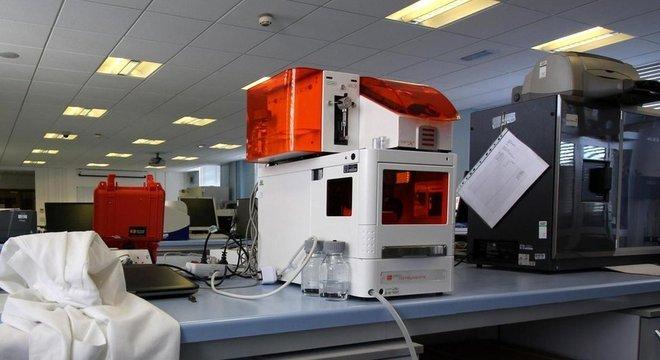 Equipamentos de teste do laboratório, como a máquina acima, mostram as engrenagens da indústria global de alimentos