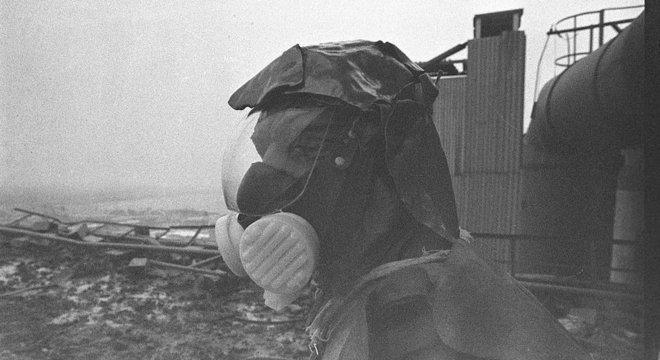 Segundo testemunhas, a série Chernobyl faz um retrato fiel dos efeitos da radiação no corpo humano; na imagem, um membro da equipe de limpeza no telhado da usina soviética Angra 1 e Angra 2 têm reatores diferentes do usado em Chernobyl