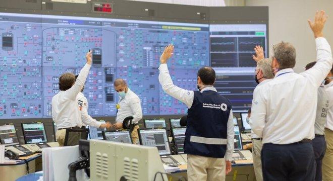 O líder de Abu Dhabi twittou esta foto da equipe do Barakah comemorando