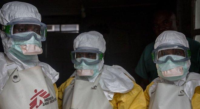 Devido aos ataques, alguns profissionais de saúde tinham medo de serem vistos usando suas roupas de proteção