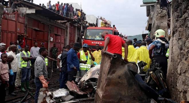 Equipes de resgate e civis se reúnem no local onde um avião caiu no Congo