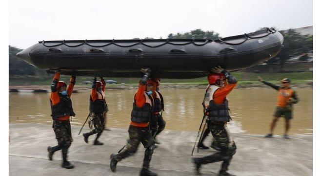 Soldados e socorristas carregam bote em treinamento para o tufão Mangkhut, nas Filipinas