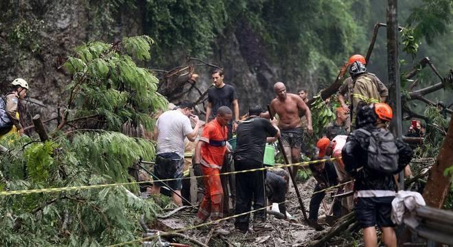 Equipes fazem resgate de vítimas de soterramento no Rio