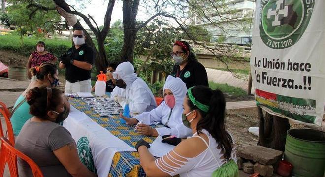 Equipes de voluntários fornecem informações sobre o coronavírus na Bolívia