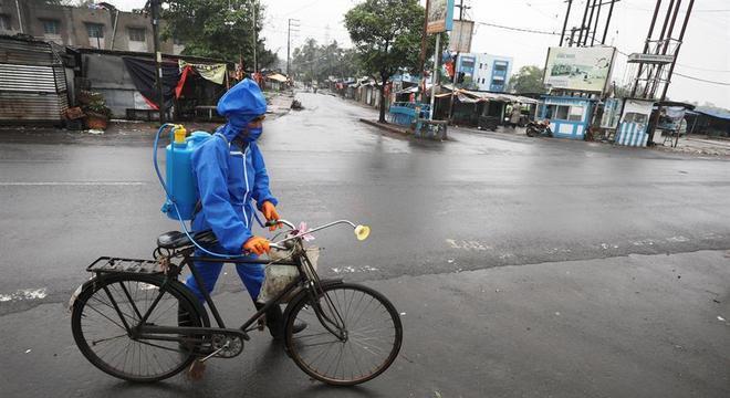 Equipes fazem desinfecção enquanto governo determina lockdown na Índia